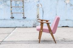 Fotel Model 366, Józef Chierowski, różowy